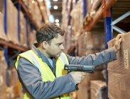 Finestre di scansione dell'operaio in magazzino — Foto stock