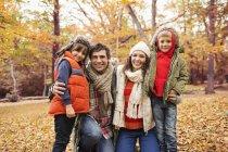 Famille caucasienne souriant ensemble dans le parc — Photo de stock