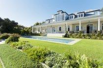 Luxo casa frente para piscina — Fotografia de Stock