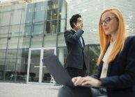 Geschäftsleute, die außerhalb von Bürogebäude — Stockfoto