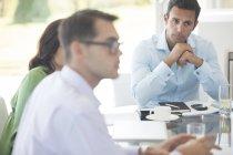 Деловые люди разговаривают на встрече в современном офисе — стоковое фото