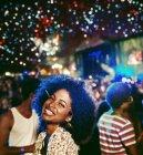 Porträt von begeisterten Frau beim Musikfestival — Stockfoto