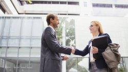 Деловые люди пожимают руки за пределами офисного здания — стоковое фото