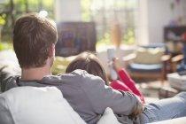 Пара розслабляючий на дивані разом — стокове фото