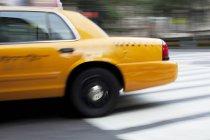 Verschwommene Sicht auf Taxi auf Stadtstraße — Stockfoto