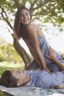 Портрет посміхаючись пара на підодіяльнику у траві — стокове фото