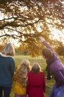 Задний вид семьи, любовавшейся осенними листьями на дереве — стоковое фото