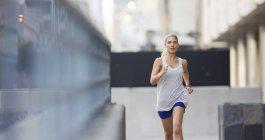 Жінка проходить через вулицях міста — стокове фото