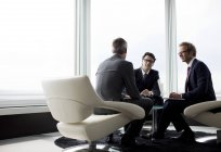 Hommes d'affaires parler à Hall de bureau moderne — Photo de stock