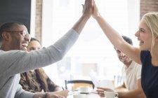 Fiving haute de business people lors de réunion à café — Photo de stock