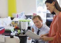 Geschäftsleute unterhalten sich am Schreibtisch im modernen Büro — Stockfoto