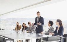 Geschäftsmann leitet Treffen im Konferenzraum — Stockfoto