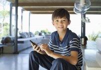 Ragazzo che usa il cellulare sui gradini — Foto stock