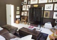 Sofá e mesa de café na sala de estar moderna — Fotografia de Stock