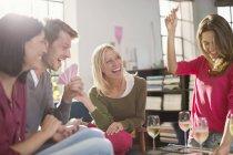 Freunde-Kartenspiele im Wohnzimmer — Stockfoto