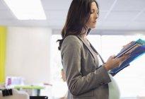 Femme d'affaires femmes enceinte travaillant au Cabinet — Photo de stock