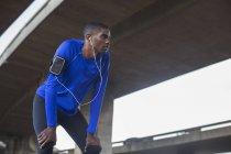 Mann ruht sich nach Sport aus — Stockfoto