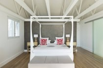 Canopy bed in modern bedroom — Stock Photo