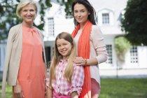 Drei Generationen von Frauen gemeinsam Lächeln — Stockfoto