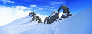 Escarpadas montanhas cobertas de neve — Fotografia de Stock