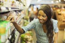 Donna shopping nel negozio di alimentari — Foto stock