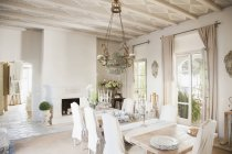 Chandelier over dining table in luxury dining room — Stock Photo