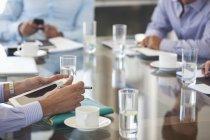Immagine ritagliata di uomini d'affari seduti in riunione presso l'ufficio moderno — Foto stock