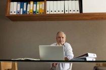 Älterer Mann am Schreibtisch — Stockfoto