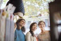 Fenêtre de femmes shopping sur la rue de la ville — Photo de stock