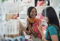 Femmes riant ensemble dans un magasin de vêtements — Photo de stock