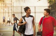 Homens falando na quadra de basquete — Fotografia de Stock