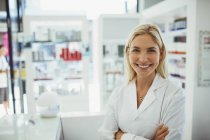 Pharmacien souriant en pharmacie — Photo de stock