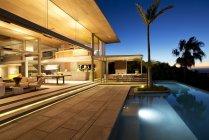 Infinity pool and modern patio — Stock Photo