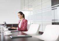 Donna di affari che lavorano al tavolo presso ufficio moderno di riunione — Foto stock