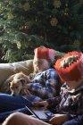 Діти в папір коронки розслабляючий на дивані — стокове фото