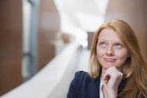 Porträt einer nachdenklichen Geschäftsfrau, die nach oben blickt — Stockfoto