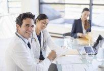 Портрет улыбающегося врача на встрече — стоковое фото