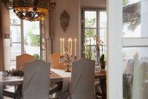 Kandelaber auf dem Tisch im Luxus-Esszimmer — Stockfoto
