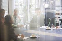 Gli uomini d'affari si riuniscono nella sala conferenze dell'ufficio moderno — Foto stock