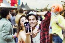Paar Einnahme Selbstbildnis mit Kamera-Handy beim Musikfestival — Stockfoto