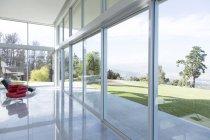 Modern construction donnant sur des pelouses impeccables — Photo de stock
