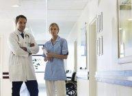 Доктор і медсестра стоїть в коридорі лікарні — стокове фото