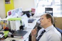 Homme d'affaires penser au bureau au bureau moderne — Photo de stock
