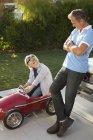 Padre e figlio che giocano con il go cart — Foto stock