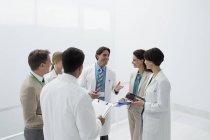 Lächelnde Ärzte diskutieren medizinischen Diagrammen — Stockfoto
