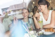Familie lachen am Café-Tisch — Stockfoto