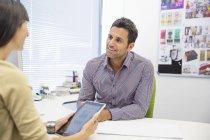 Uomini d'affari che parlano in ufficio moderno — Foto stock