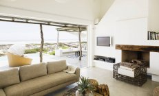 Moderna sala de estar con vistas al océano - foto de stock