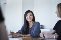 Sourire Femme d'affaires en réunion — Photo de stock