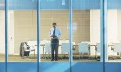 Бизнесмен, стоящий в конференц-зале — стоковое фото